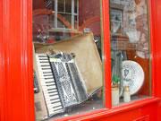 アイリッシュミュージックの演奏に使われる楽器。左端からアコーデオン、ティンホイッスル(ブリキの笛)、フィドル(バイオリン)、バウロン(打楽器)。