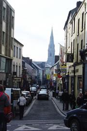 アイルランドの田舎街はこじんまりとしていて可愛らしいのが特色。アイルランド人の90%以上がカトリック教徒のためどの街にも教会がいくつかある。