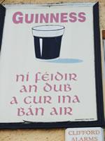 アイルランドではお馴染みのパブの壁にあるレトロな看板もアイルランド語。