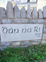 地区や住所の名前もアイルランド語で表記されていることが多い。この地区は「王の要塞」というちょっとかっこいい名前である。