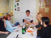 仲間と一緒に食べる夕食は いつもにぎやかで楽しい